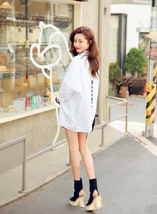 时尚白色衬衫搭配灰色打底裤